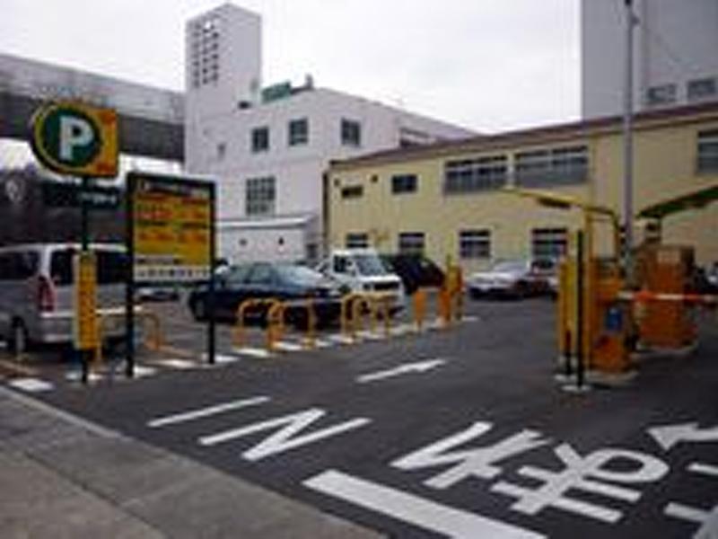 近隣に有料駐車場があります