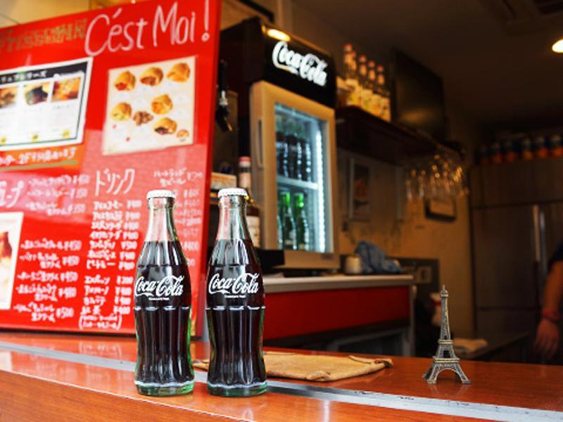 ファストフードと一緒に楽しむコカ・コーラ