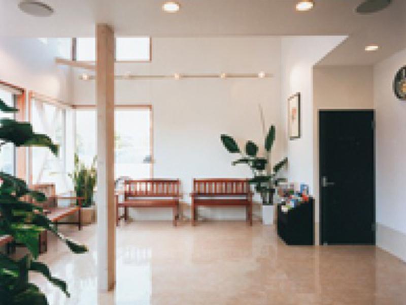 光の差し込む開放的な待合室