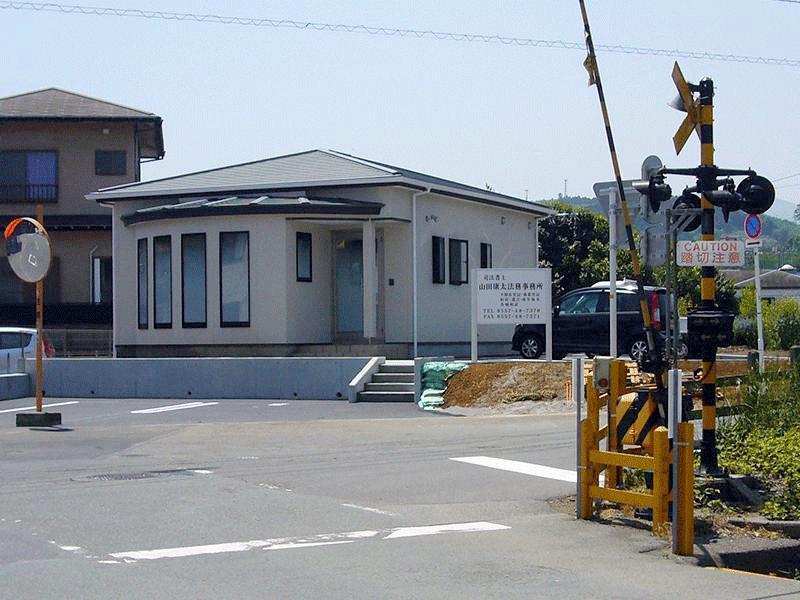 川奈駅西側踏切を渡ると看板が見えます