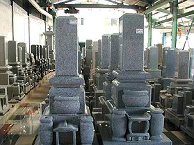 墓石・石材の展示多数