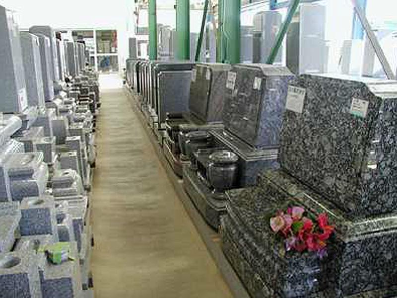 全店舗に約300基の墓石