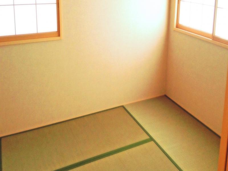 壁紙と同じ色彩の畳で部屋が実際より広く感じられます