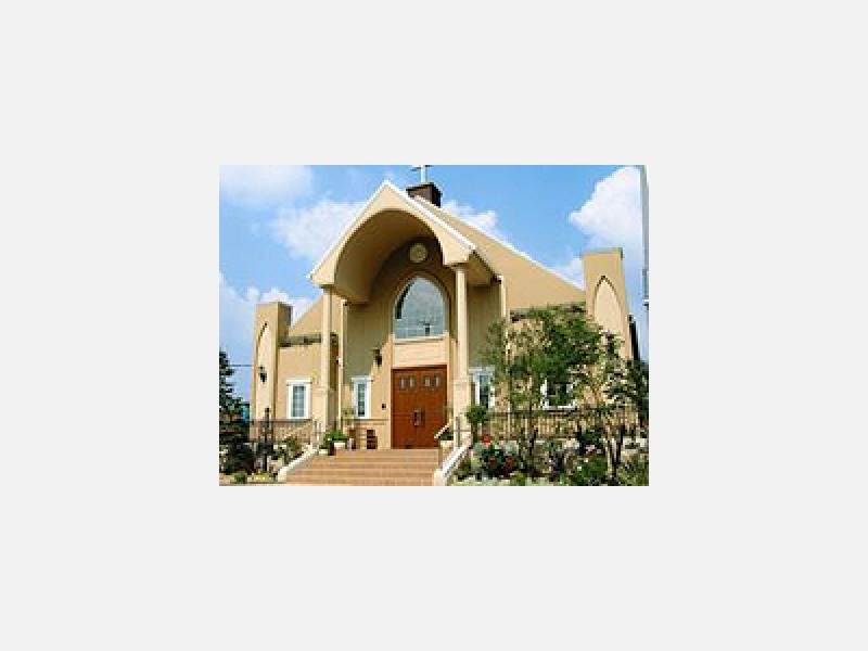 光が差し込む大理石のバージンロードを備えた教会です