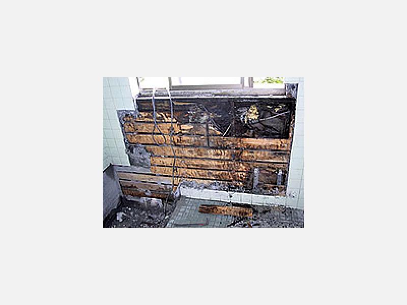 シロアリ・害虫被害で材木がボロボロになった様子