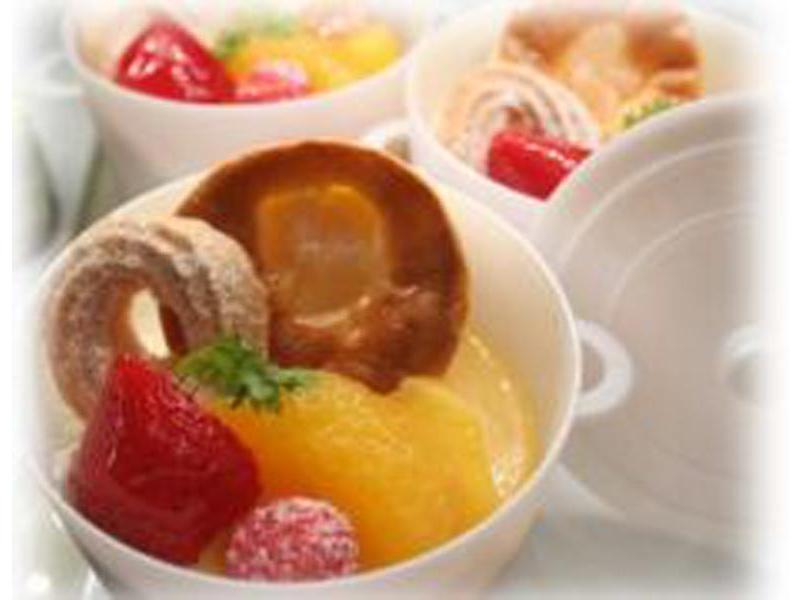 プリンにクリームチーズケーキ、フルーツでトッピング