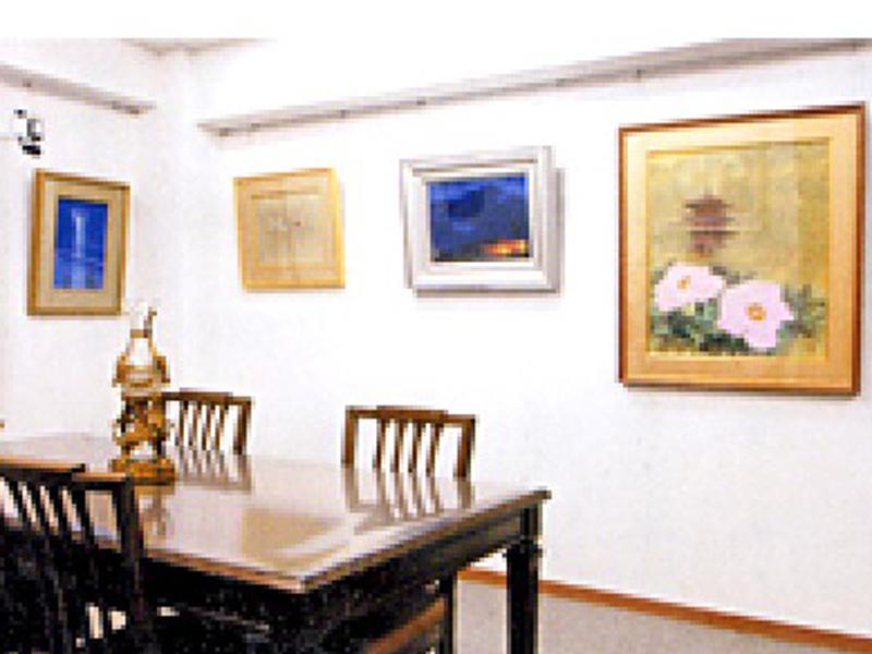 ギャラリーにて絵画・陶器・彫刻等展示販売しています