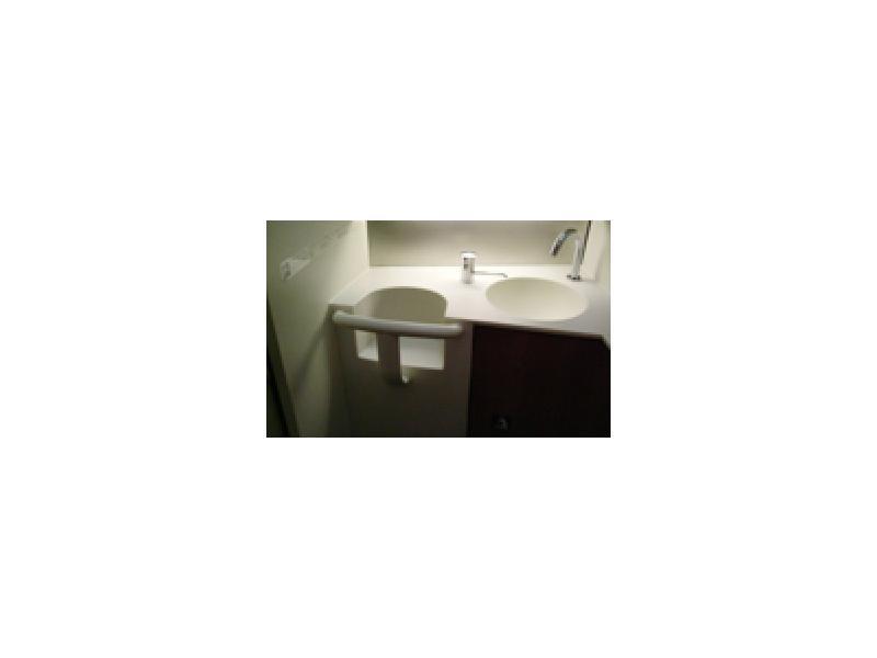 ベビーチェア付き洗面台(岡部 憲明 (C)2005)