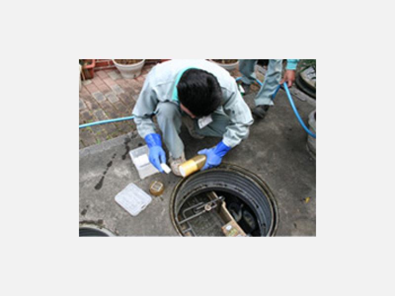 浄化槽内を洗浄し、水質安定剤を投入