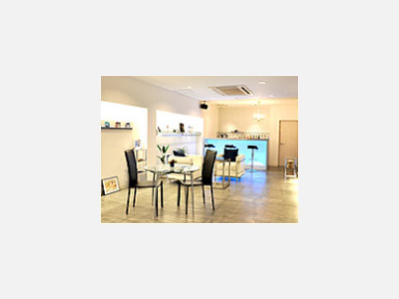 カフェ&バースタイルのリラックス空間も設けています