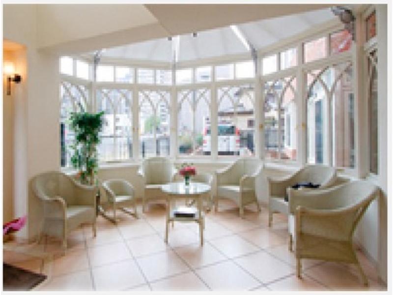 待合室は、明るく広い空間、窓からグリーンもご覧になれます。
