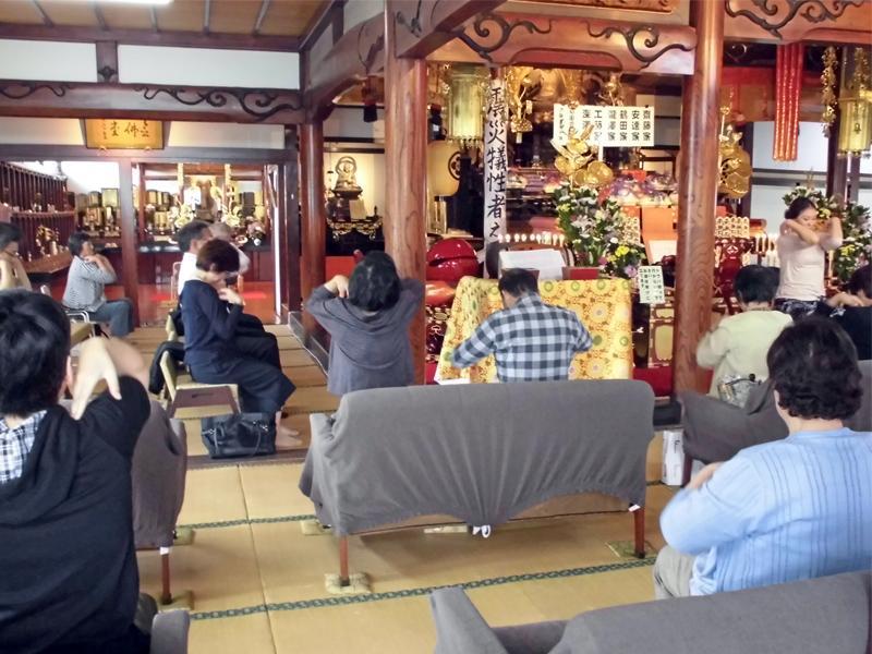 仏教健康講座・ガッツ有香先生ヨガのご指導