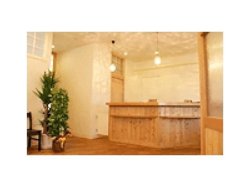 受付:内装には主として木と漆喰を用いました。