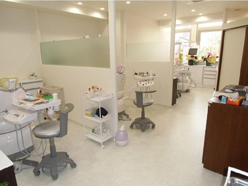 白を基調とした広い診療室