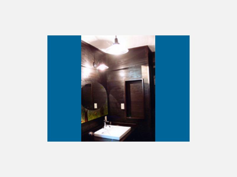 シックで落ち着いた空間、使いやすい高さの洗面台