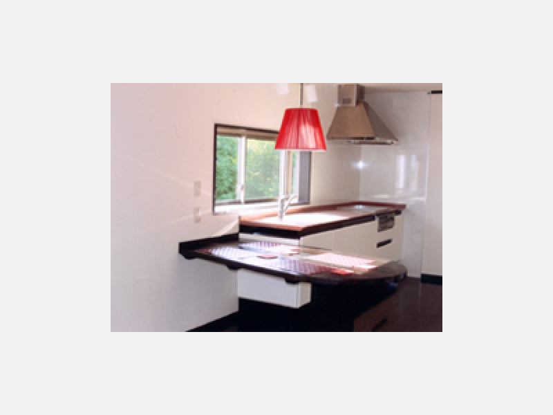 さわやかなキッチン空間、収納テーブル付き