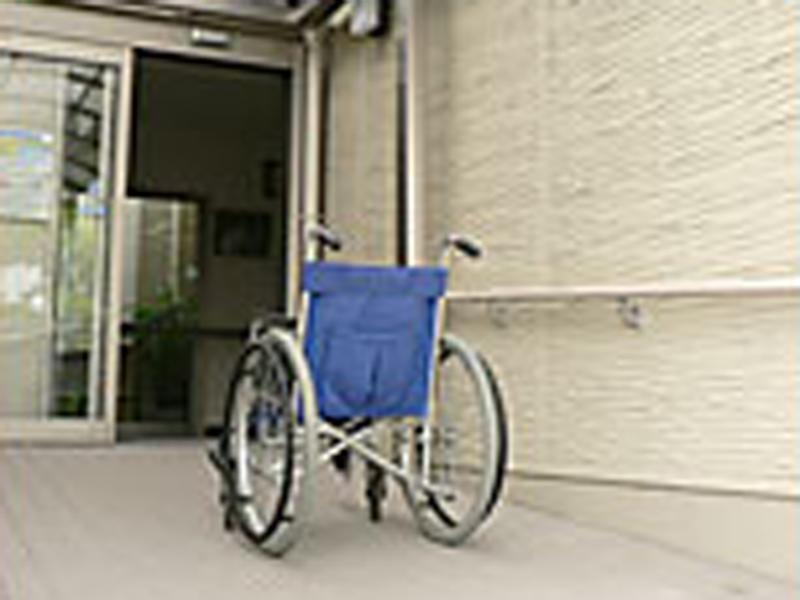 ▲リハビリ用入口スロープ 車椅子のまま入れます。