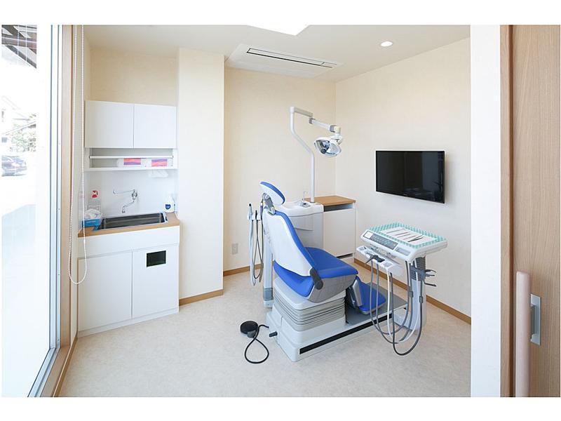 プライバシーを重視した個室。お子様の治療に喜んで頂いています