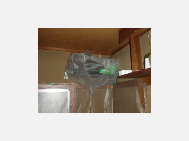 エアコンのクリーニングの際は壁や床をしっかり養生致します。