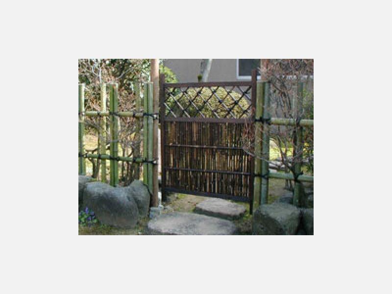 庭の入口に枝折戸を据え付けて・・・。