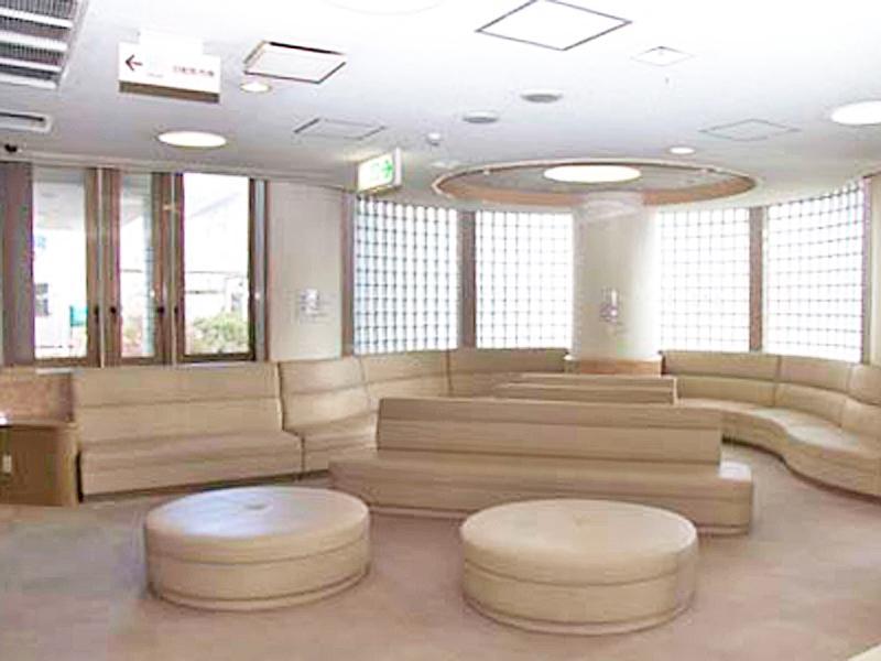 広々として明るく解放感のある待合室