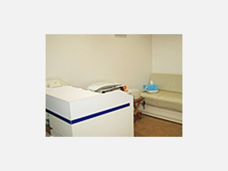 乳児健診台と中待合