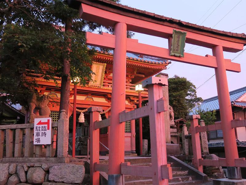 境内入り口にある「第三鳥居」と県指定文化財「楼門」