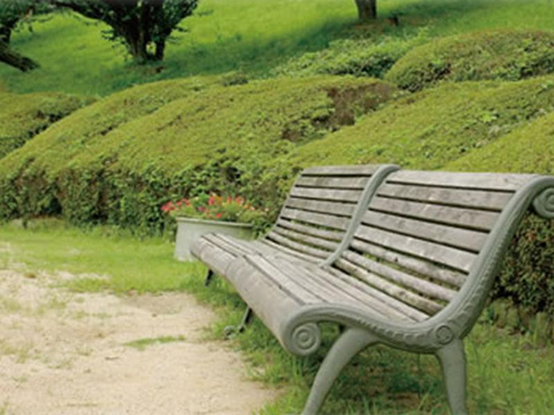 墓参の途中で休める休憩ベンチを多数用意しております