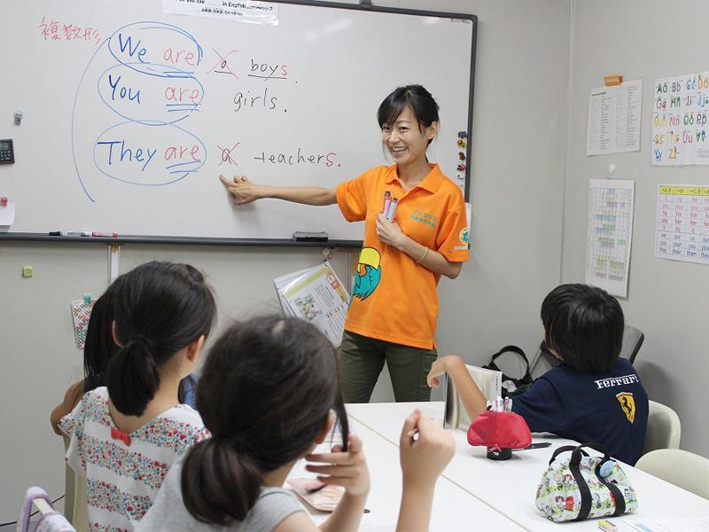 読み、書き、文法は日本人講師が担当