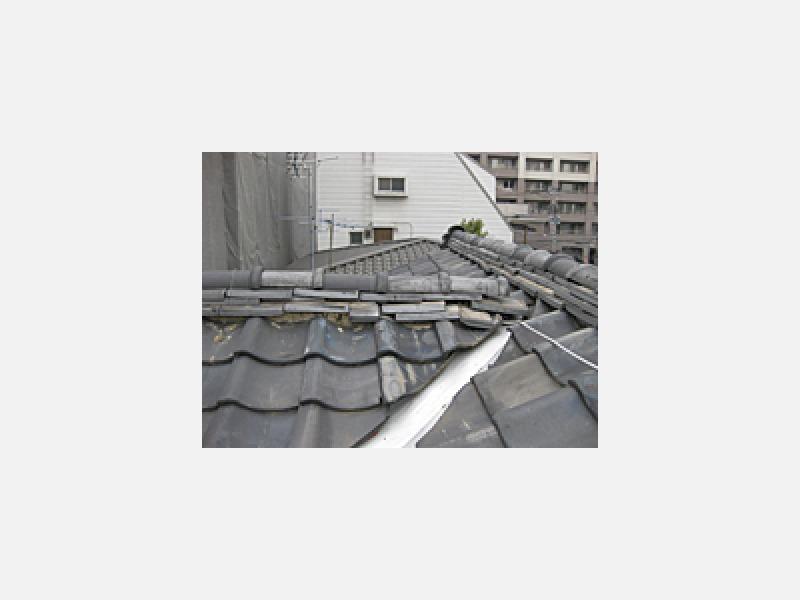 長年の風雨の影響で崩れた屋根も   ⇒