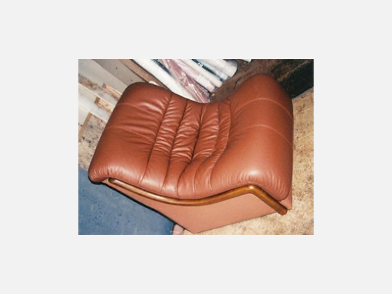 G.座り心地良さが増した皮革張りのソファー
