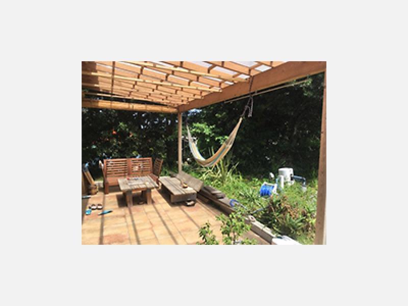 広いテラスのある開放的な庭