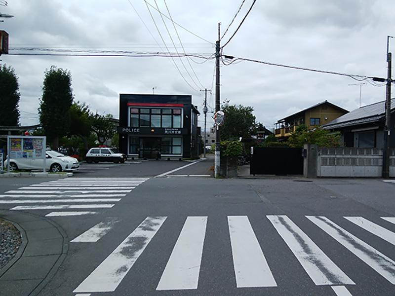 つきあたりの交番を左折し、道なりに進む