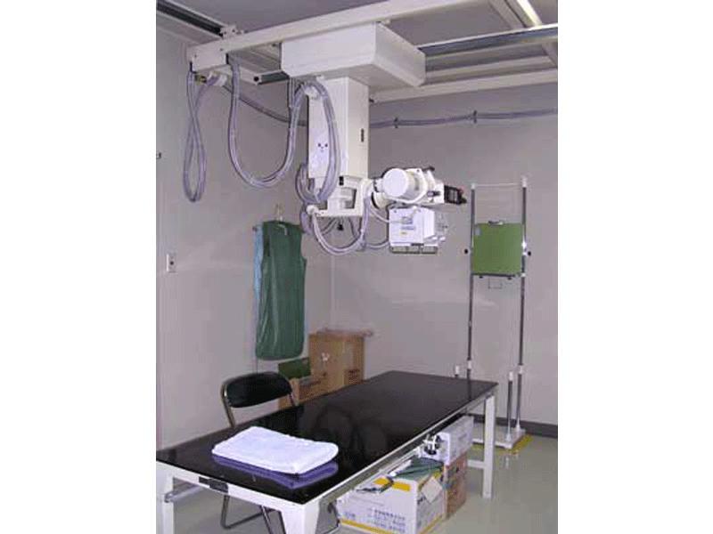 X線を使って胸部や腹部や骨などを撮影します