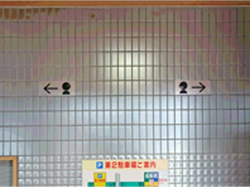 正面入口、右の扉が『歯科』、左の扉が『眼科』です