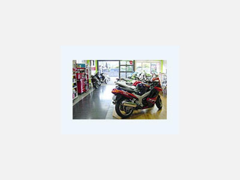 バイク好きの仲間が集まる明るい店内