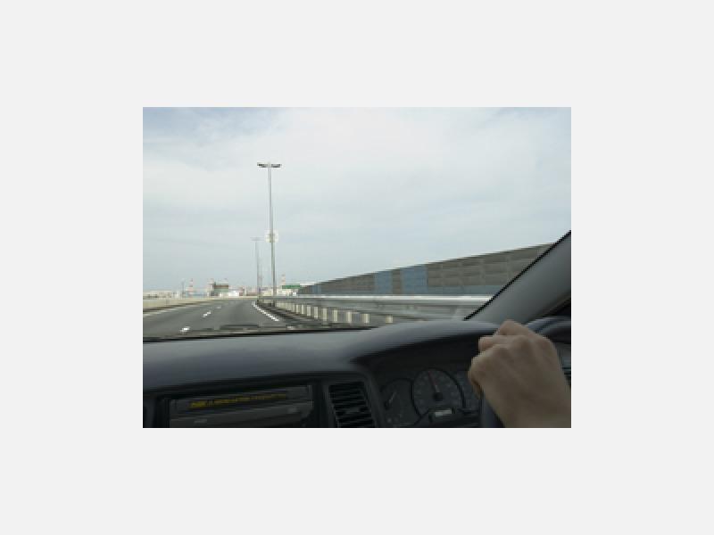 車内のシミや頑固な汚れを洗浄します