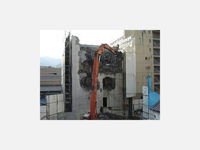 市街地でのビル解体工事例