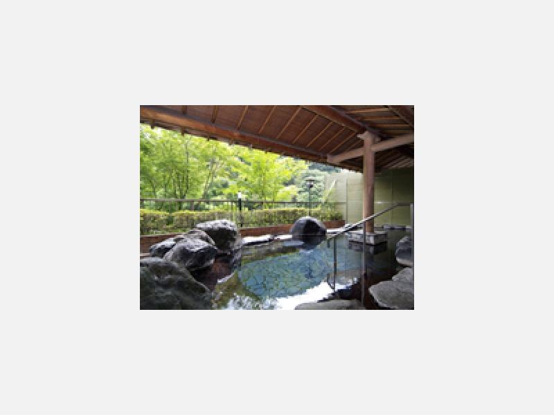 露天風呂「蛍の湯」 春に新緑、秋に紅葉を臨みます