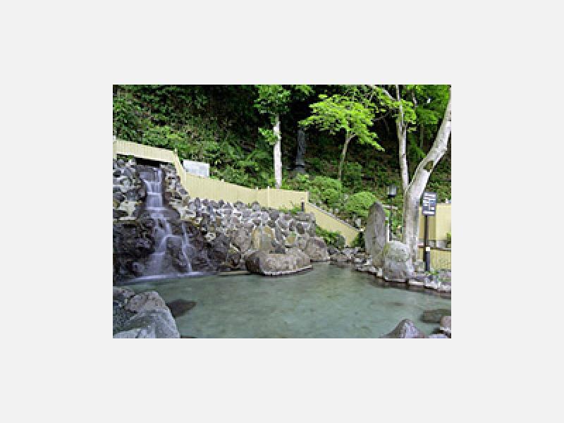 野天風呂「観音滝の湯」 水着着用の野天風呂です