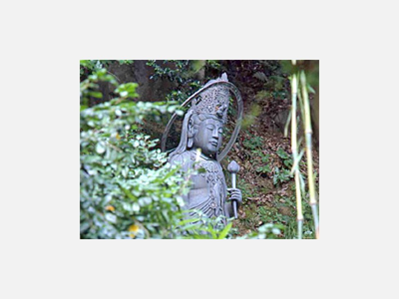 庭園「廣部観音像」 大正3年建立の観音像です