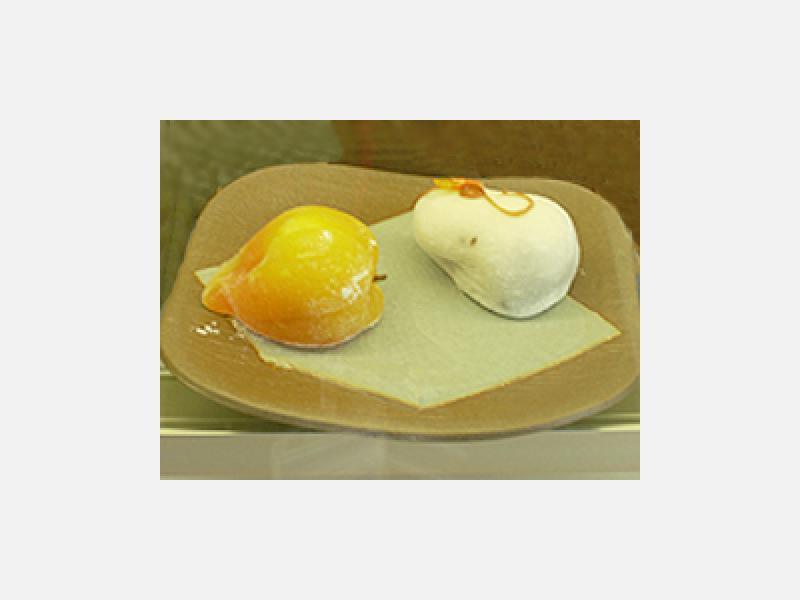 上生菓子…1個194円・ほおづき(左)/つた(右)