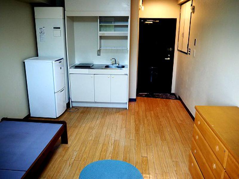 賃貸マンションには、ベッド・棚・机・冷蔵庫付