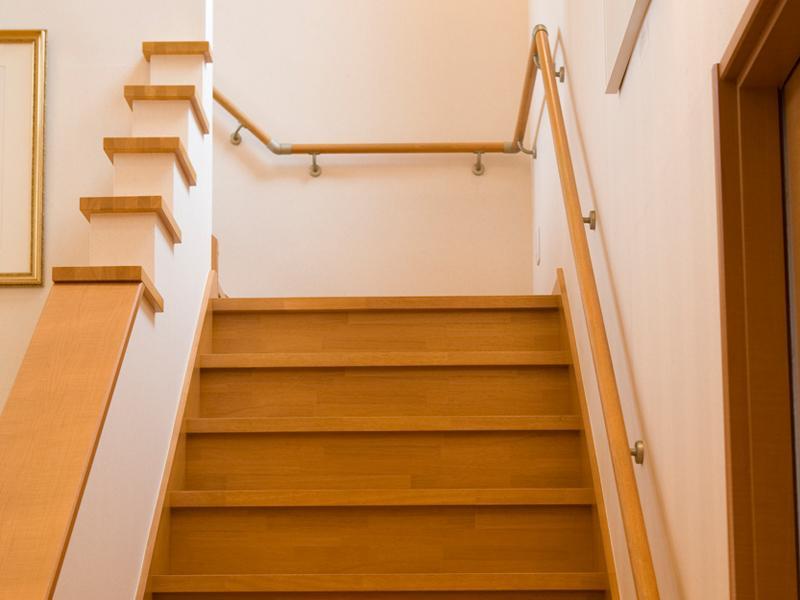階段に手すりをつけて安全対策