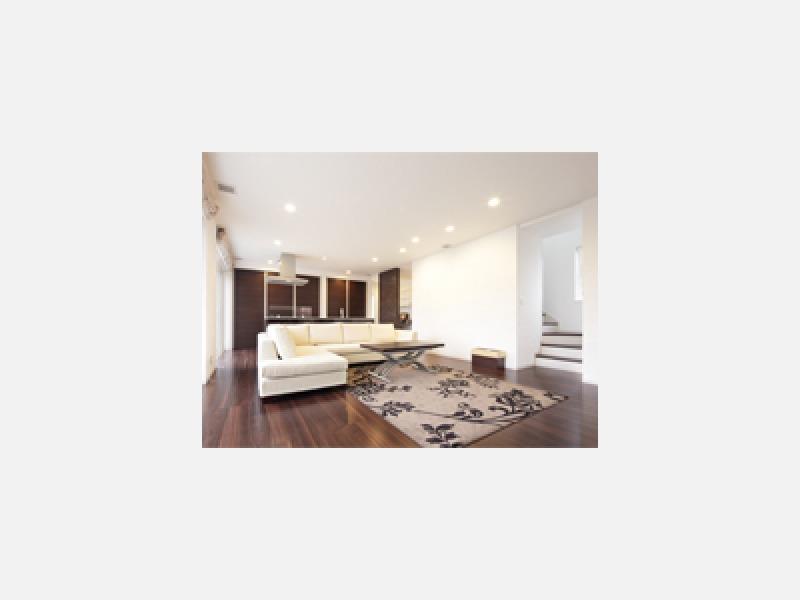 ウォールナットの床に白い珪藻土の壁。全館気調システムの住宅
