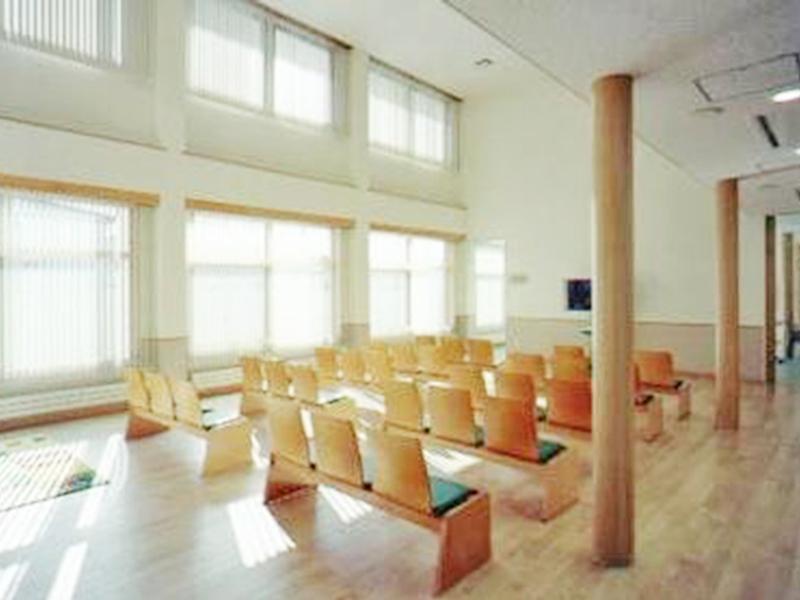 天井が高いリラックス空間の待合室