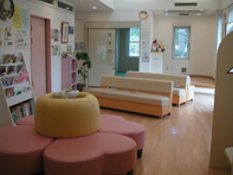 メイン待合室(右奥にプレイスペース)