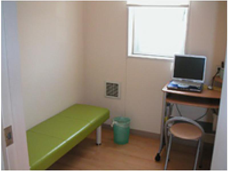 個室は待合室兼診察室です