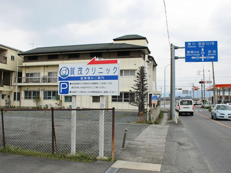 幅広く大きい駐車場25台完備