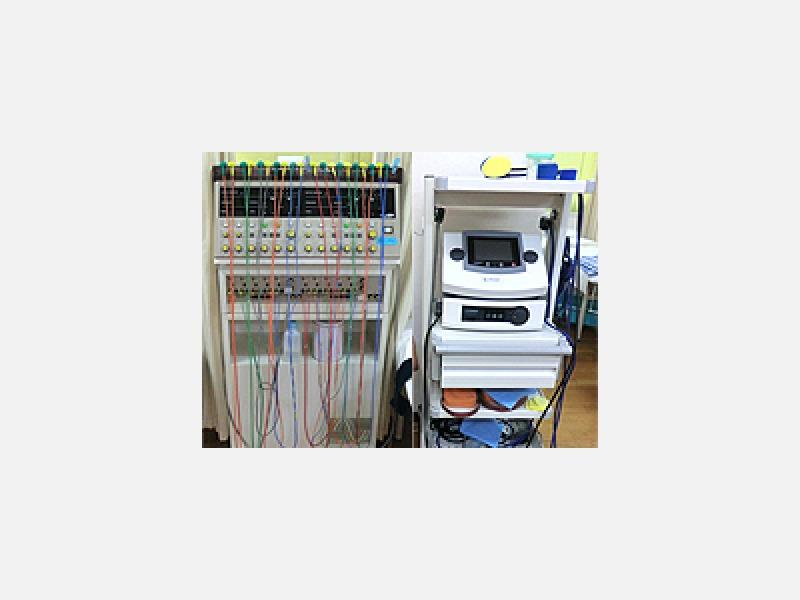 低周波治療器/微弱電流器(損傷治癒を促進する)